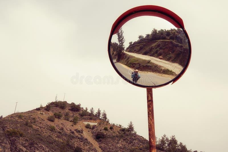 Reflexión de un caminante de la mujer foto de archivo