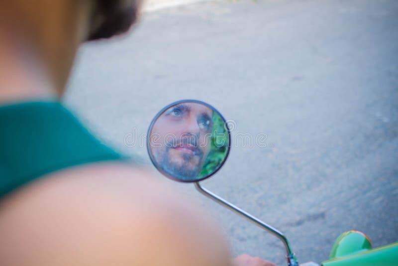 Reflexión de un hombre en un espejo de la vespa imagen de archivo libre de regalías