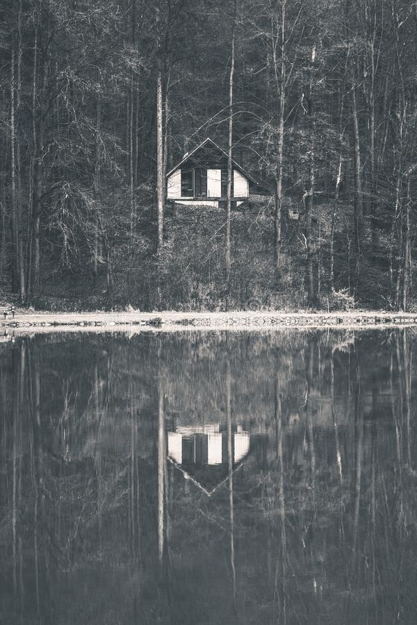 Reflexión de una casa asustadiza del lago fotos de archivo libres de regalías