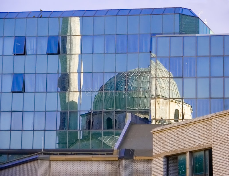 Reflexión de una mezquita foto de archivo libre de regalías