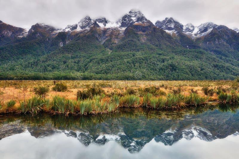 Reflexión de una montaña en el lago mirror fotografía de archivo