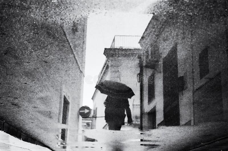 Reflexión de una mujer con un paraguas imágenes de archivo libres de regalías