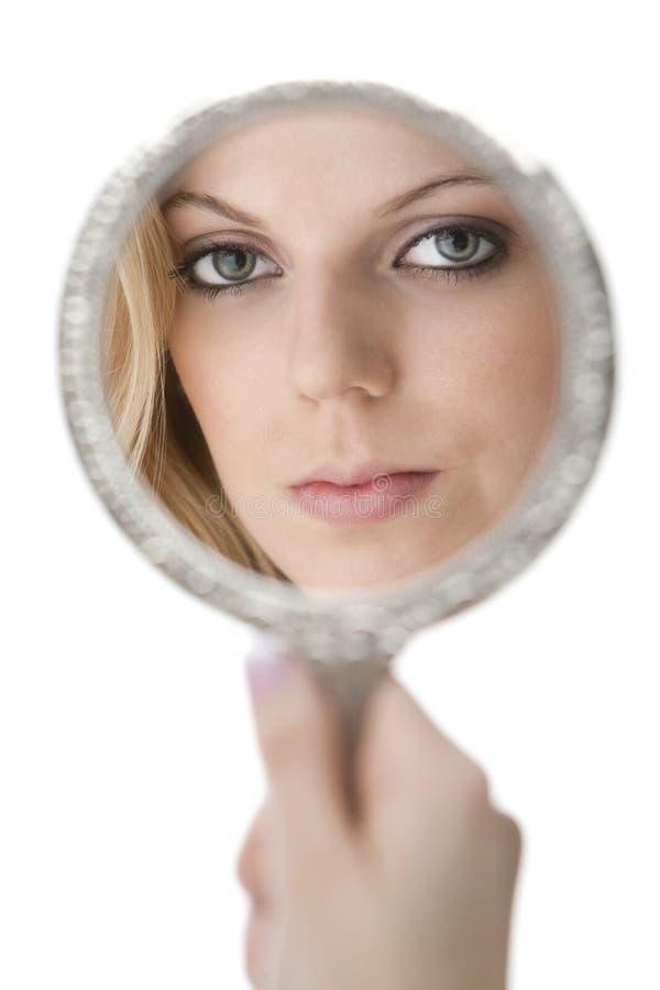 Reflexión del adolescente hermoso en un espejo fotos de archivo libres de regalías