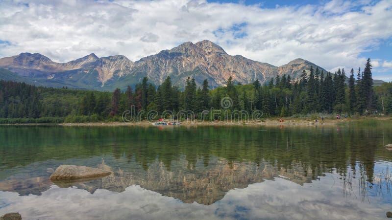 Reflexión del agua en la montaña de la pirámide fotografía de archivo