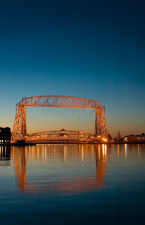 Reflexión del amanecer del puente de elevación de Duluth Minnesota foto de archivo libre de regalías