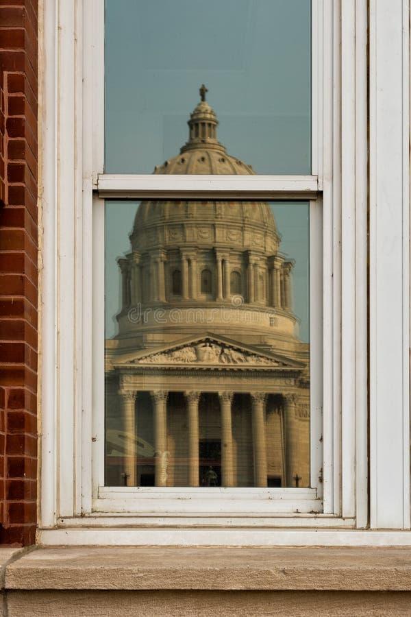 Reflexión del capitolio del estado de Missouri imágenes de archivo libres de regalías