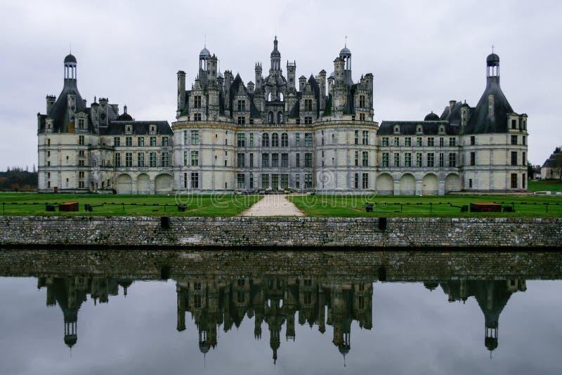 Reflexión del castillo francés de Chambord en agua de la fosa imagenes de archivo