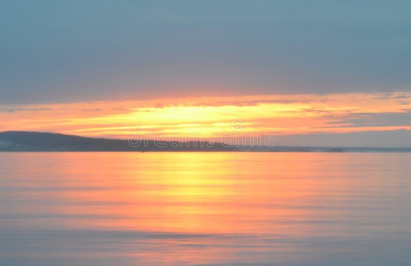 Reflexión del cielo azul con las nubes blancas en el agua, fondo abstracto imagen de archivo