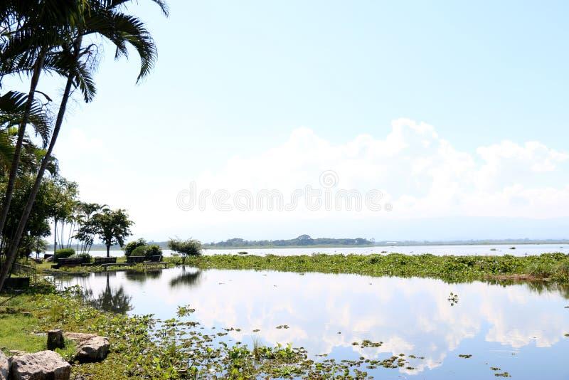 reflexión del cielo del lago del paisaje imagenes de archivo