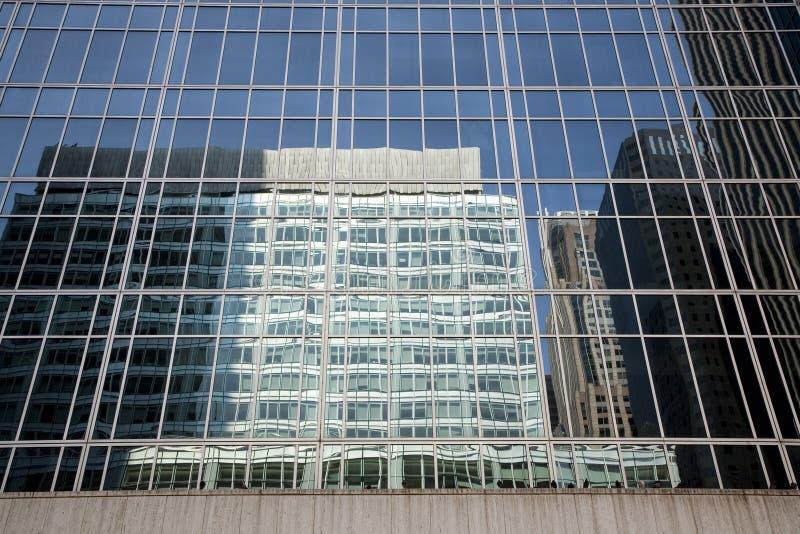 Reflexión del edificio imagenes de archivo