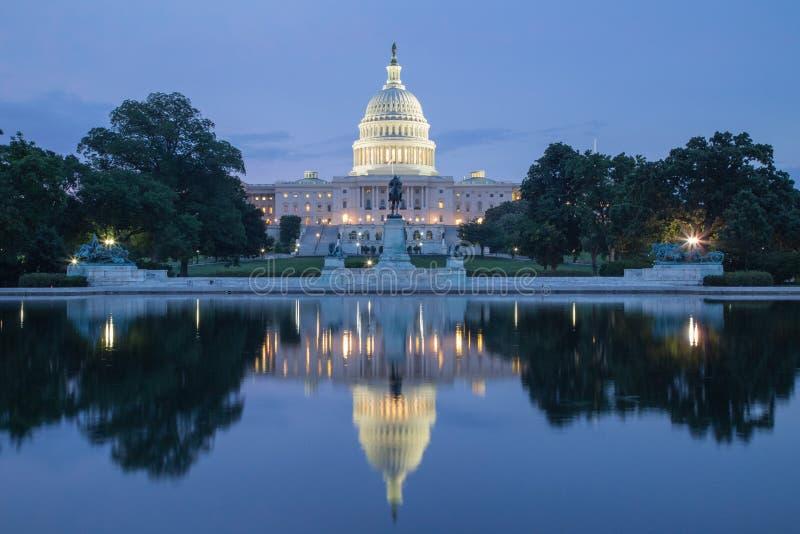Reflexión del edificio capital en el crepúsculo imagen de archivo libre de regalías