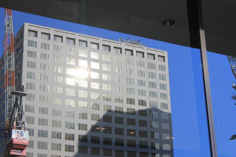 Reflexión del edificio de oficinas en ventana fotos de archivo