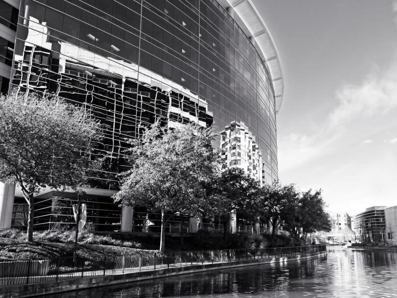 Reflexión del edificio a lo largo del canal los arbolados TX B&W fotografía de archivo
