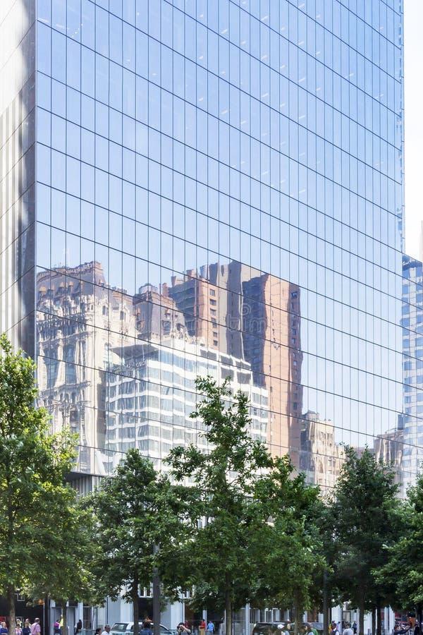 Reflexión del horizonte de Nueva York en Windows de cuatro World Trade Center en Nueva York, los E.E.U.U. foto de archivo libre de regalías