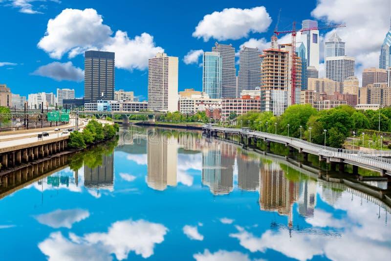 Reflexión del horizonte de Philadelphia Pennsylvania en el río de Schuylkill imagen de archivo libre de regalías