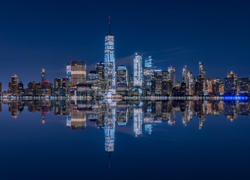 Reflexión del Jersey City, NJ del horizonte de Manhattan foto de archivo