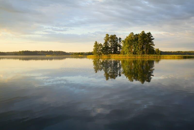 Reflexión del lago de la isla imágenes de archivo libres de regalías