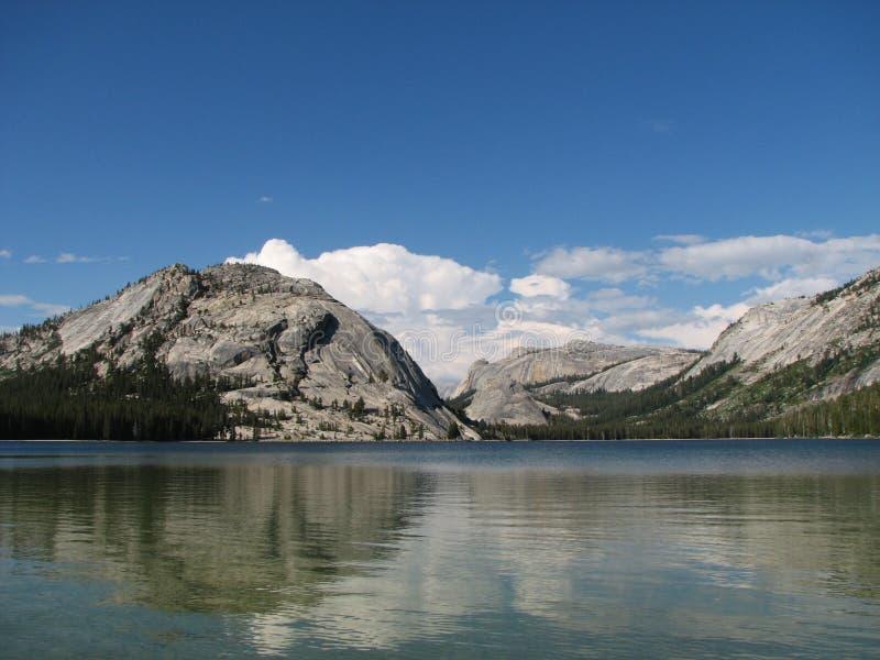Reflexión del lago Tenaya fotografía de archivo libre de regalías