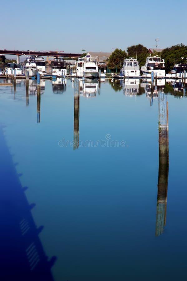 Reflexión del muelle del barco fotografía de archivo libre de regalías
