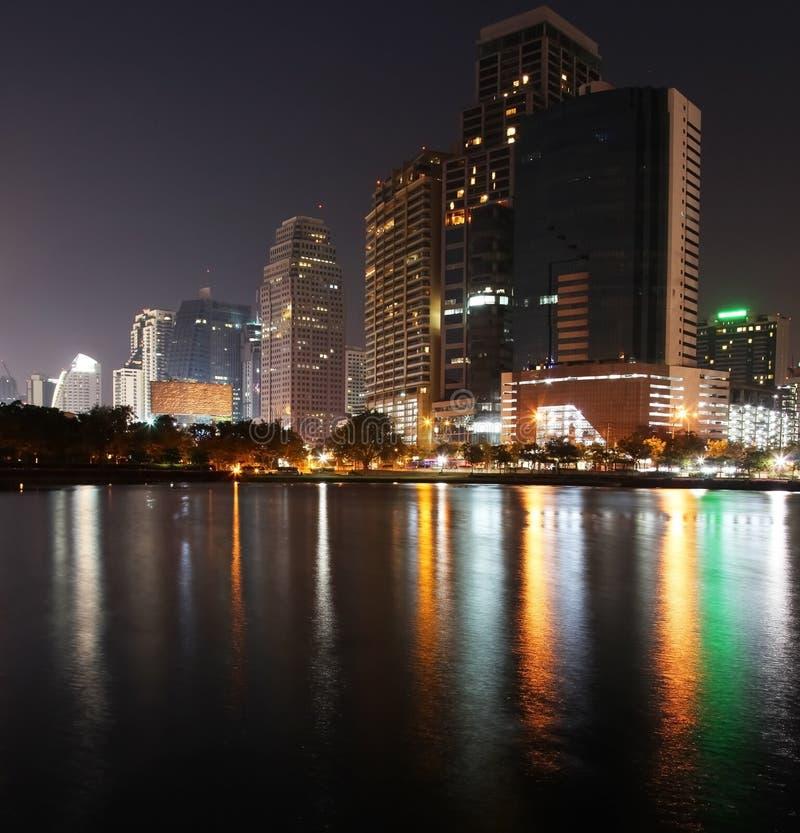 Reflexión del paisaje urbano de la noche fotografía de archivo libre de regalías