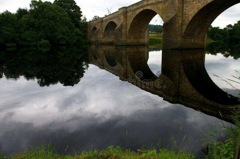 Reflexión del puente fotografía de archivo