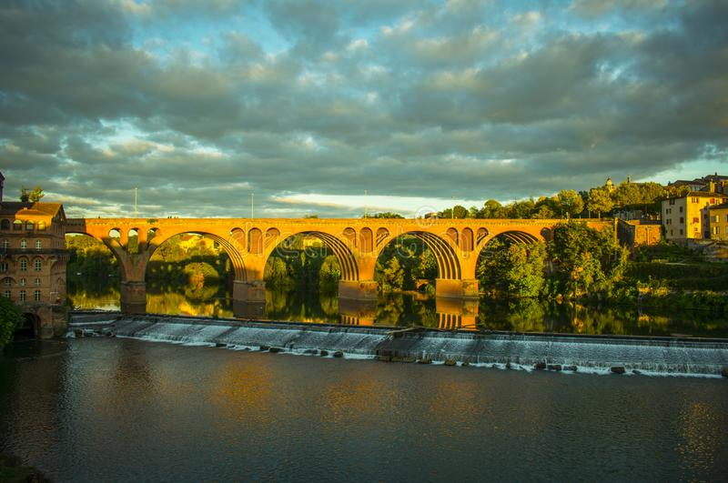 Reflexión del puente en el agua imagen de archivo libre de regalías