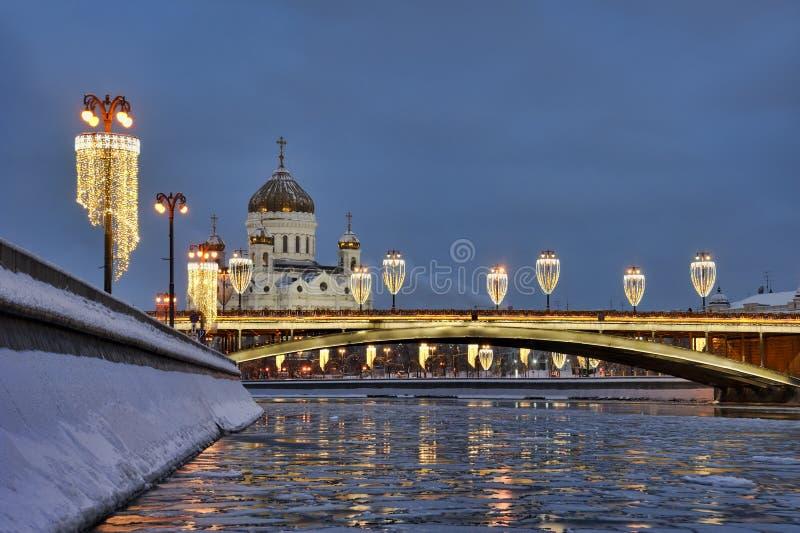 Reflexión del río helado de Moskva con las luces de la ciudad de Fective después del Bl imagenes de archivo