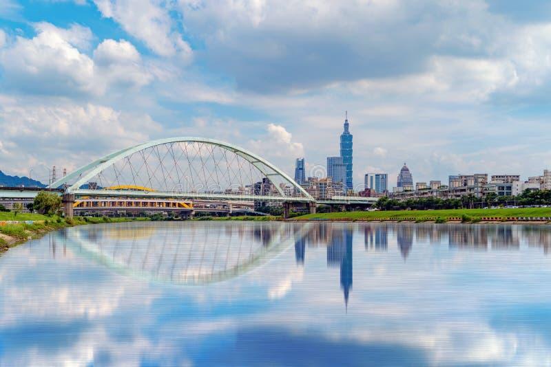 Reflexión del río y del segundo puente de MacArthur en el centro de la ciudad de Taipei, Taiwán Distrito y centros de negocios fi imagenes de archivo