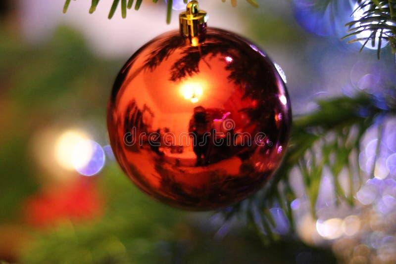Reflexión del sitio en un globo rojo de la Navidad imagen de archivo libre de regalías