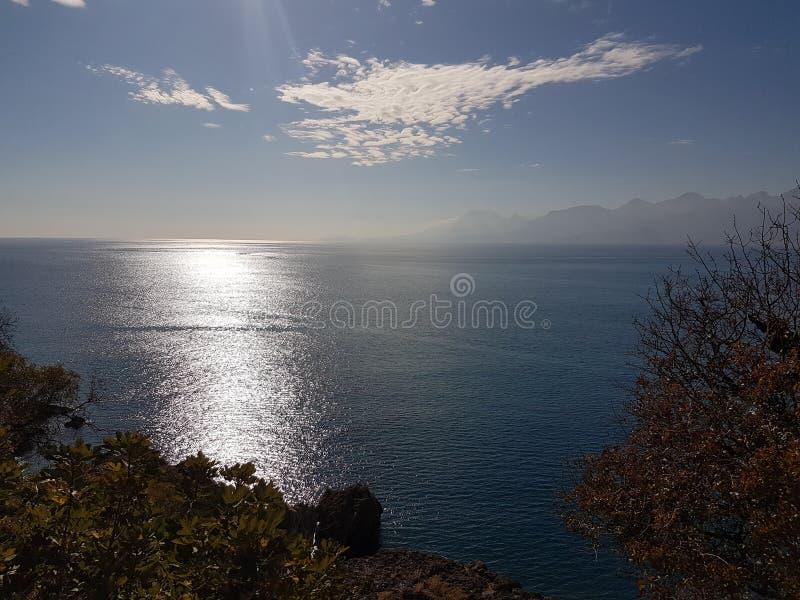 Reflexión del sol del cielo azul imagenes de archivo