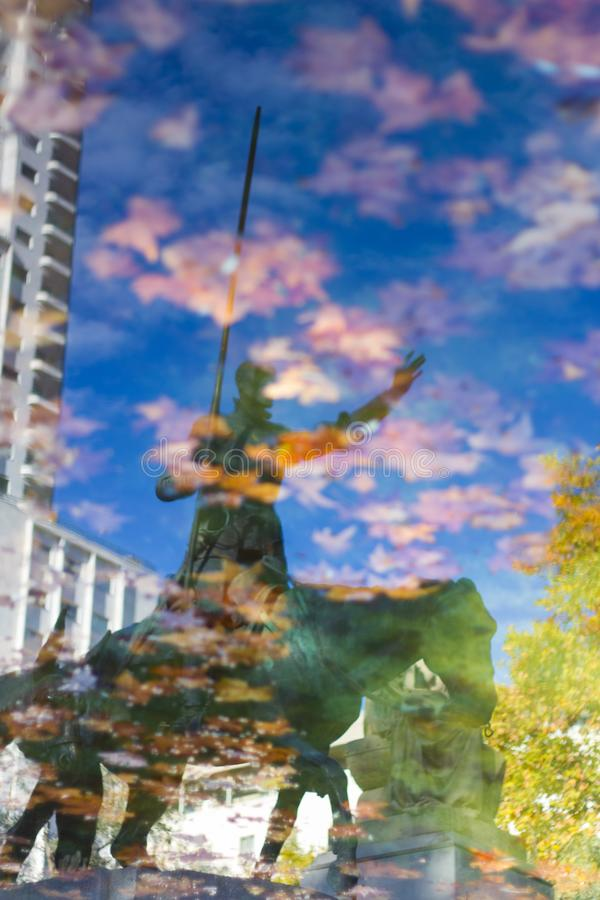 Reflexión en el agua de una estatua de Don Quixote fotos de archivo libres de regalías