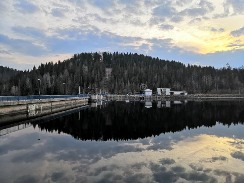 Reflexión en el agua del lago fotografía de archivo
