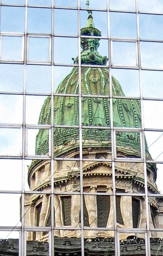 Reflexión en el capitol del vitral del congreso de Buenos Aires foto de archivo