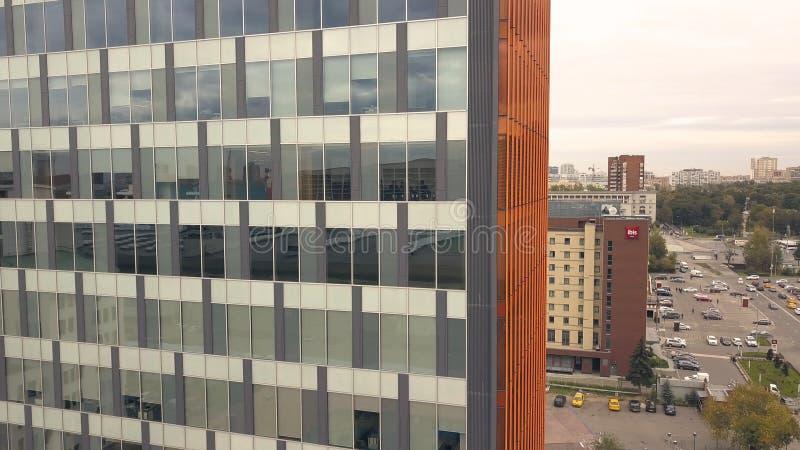 Reflexión en el edificio del negocio de las ventanas de cristal Edificio de la ciudad y coche del camino de ciudad imagen de archivo libre de regalías