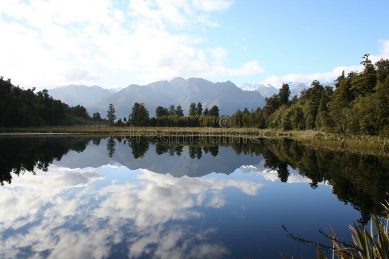 Reflexión en el lago Matheson, Nueva Zelandia fotografía de archivo