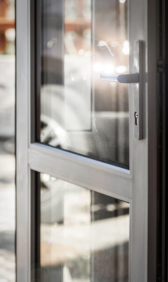 Reflexión en la puerta de cristal imagenes de archivo