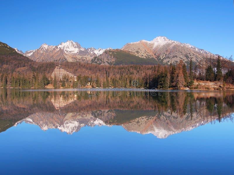 Reflexión en Strbske Pleso, alto Tatras foto de archivo libre de regalías