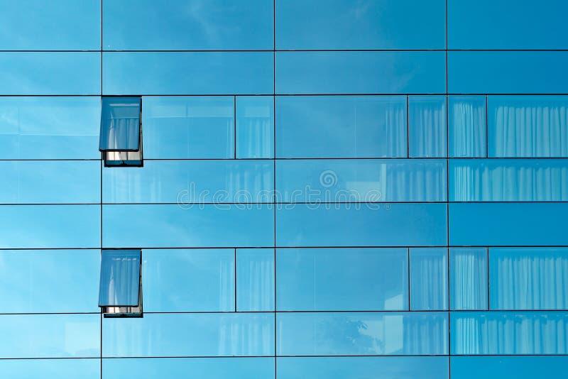 Reflexión en una pared de cristal del edificio de oficinas imagen de archivo libre de regalías