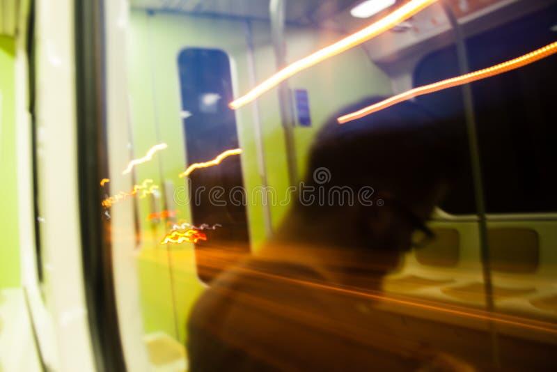 Reflexión en una silueta de la tranvía fotografía de archivo