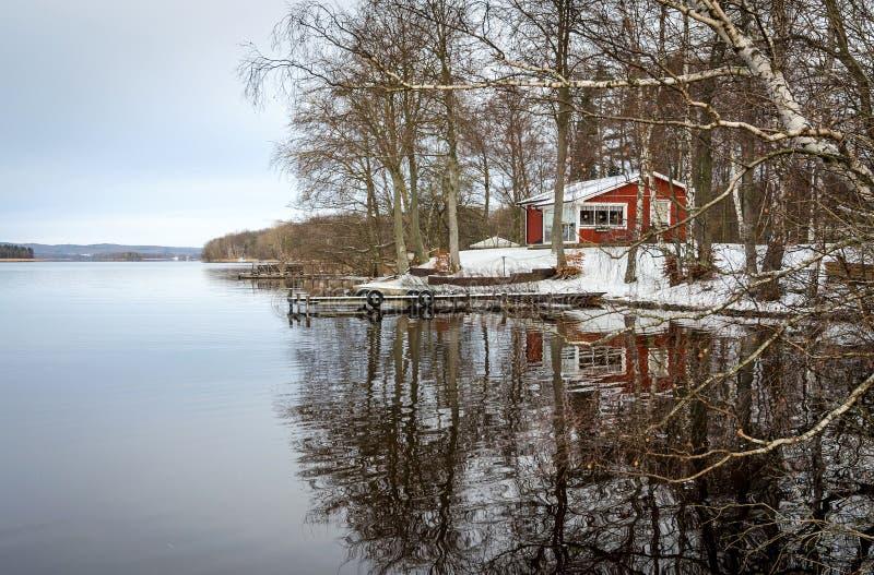 Reflexión estacional del lago imagen de archivo