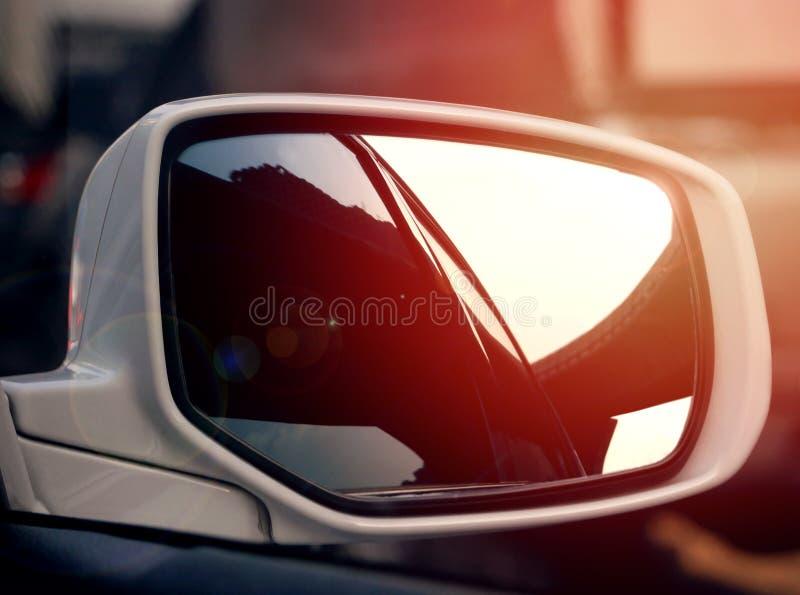 Reflexión expresa de la manera en el car& x27; ventana lateral de s fotografía de archivo libre de regalías