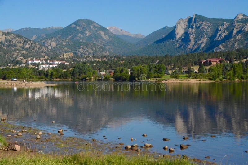 Reflexión: Lago Estes por madrugada fotografía de archivo libre de regalías