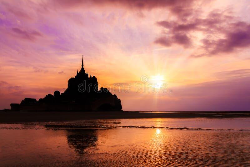 Reflexión Le Mont Saint-Michel de la puesta del sol fotografía de archivo libre de regalías
