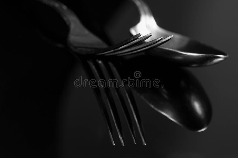 Reflexión monocromática abstracta de la imagen, de la bifurcación y de la cuchara en superficie brillante foto de archivo
