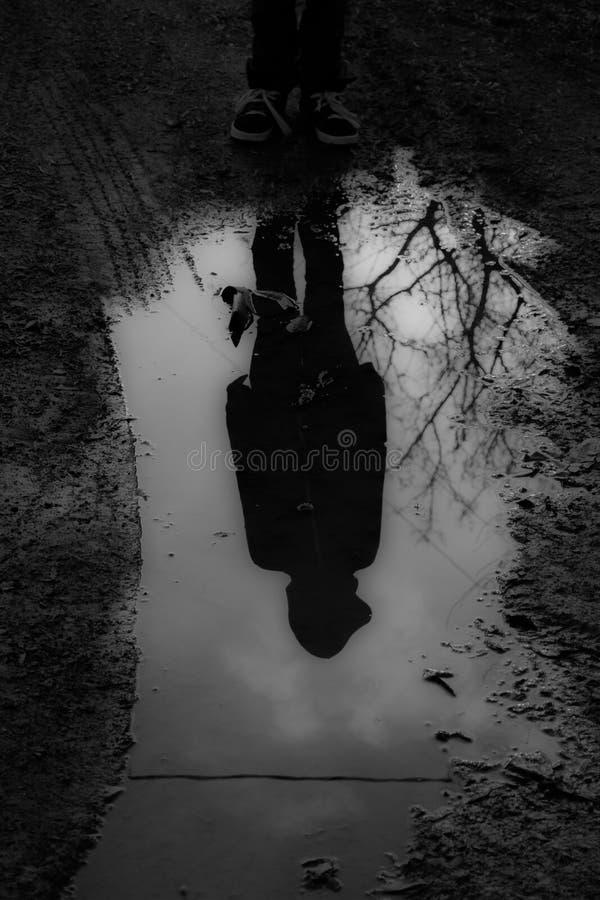 Reflexión oscura imagenes de archivo
