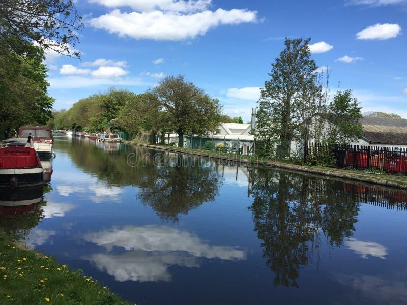Reflexión perfecta en el río Támesis, Uxbridge imágenes de archivo libres de regalías