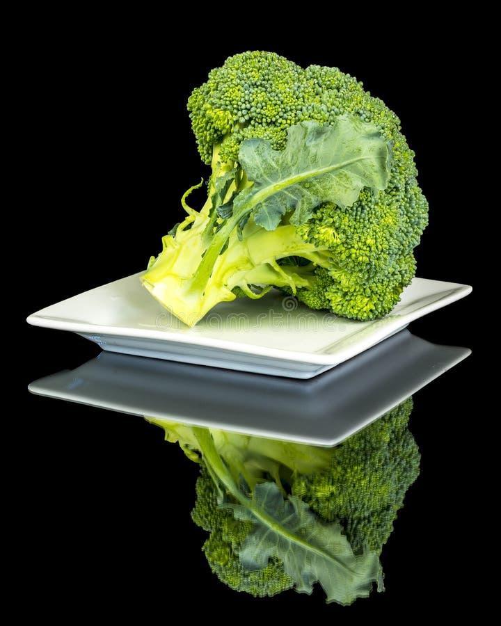 Reflexión principal del bróculi en una placa cuadrada imagen de archivo libre de regalías