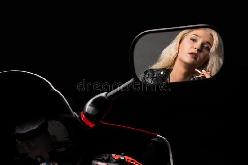 Reflexión rubia atractiva en tiro del espejo de la motocicleta fotos de archivo