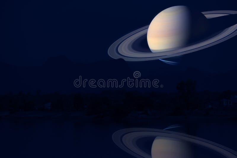 reflexión Saturn en la montaña y el río de la silueta de la parte posterior del cielo nocturno stock de ilustración