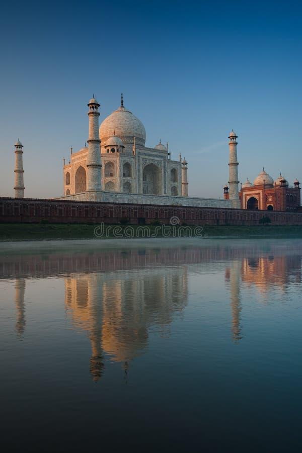 Reflexión Taj vacío Mahal del río de Jamuna en la salida del sol foto de archivo libre de regalías